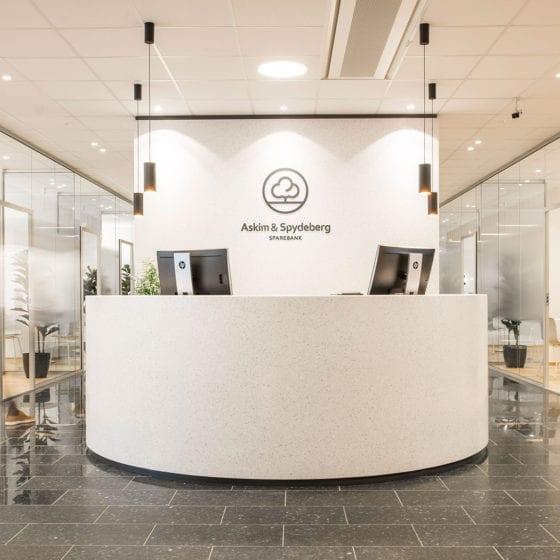 Belysning i resepsjonsområde hos Askim & Spydeberg sparebank