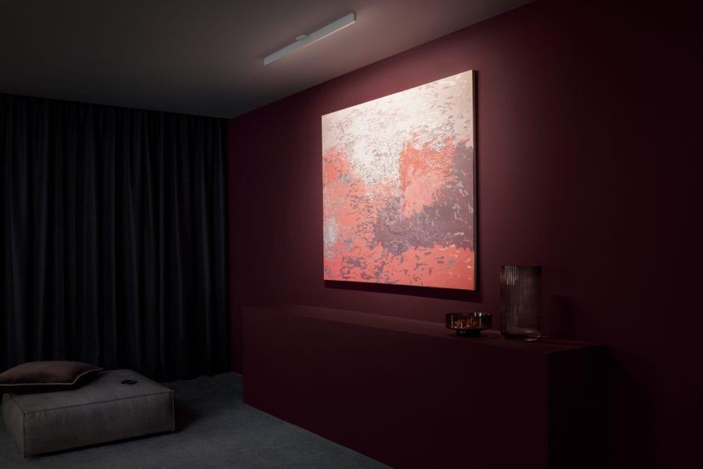Belysning av kunstverk på vegg