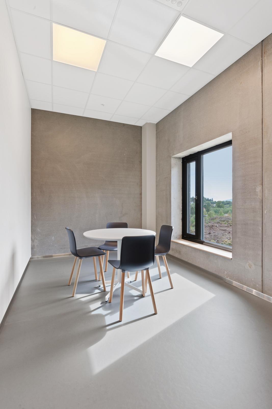 Belysning i møterom hos Helse Bergen Distriktspsykiatriske senter