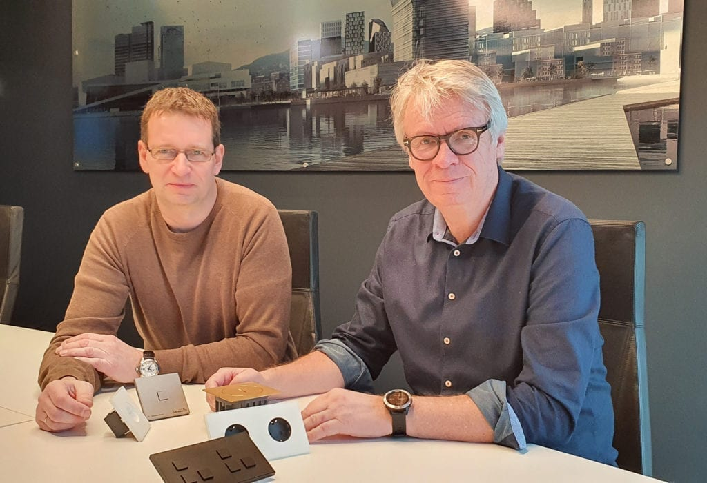 Produktansvarlig Kjell Erik Lundeby og utviklingsansvarlig Tore Nistad med brytere fra Lithoss
