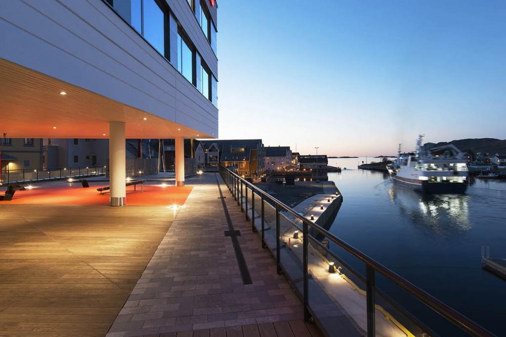 Fasade og utebelysning på Thon Hotell Fosnavåg