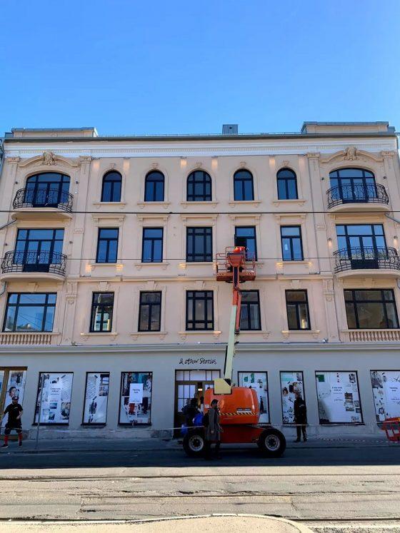 Oppsett av belysning på fasade i Bogstadveien
