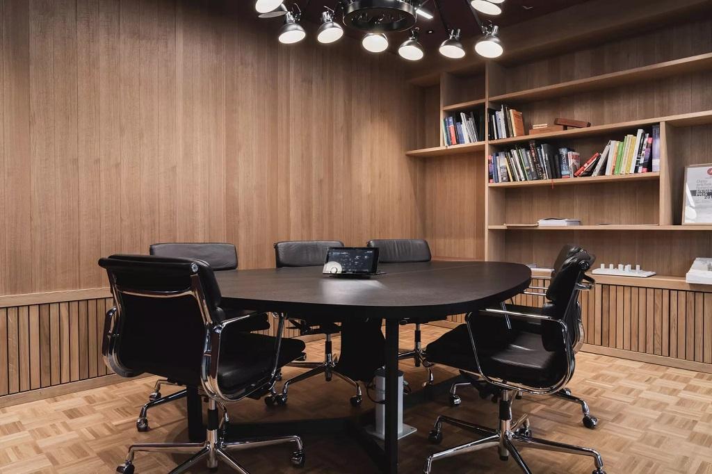 Takbelysning i møterom