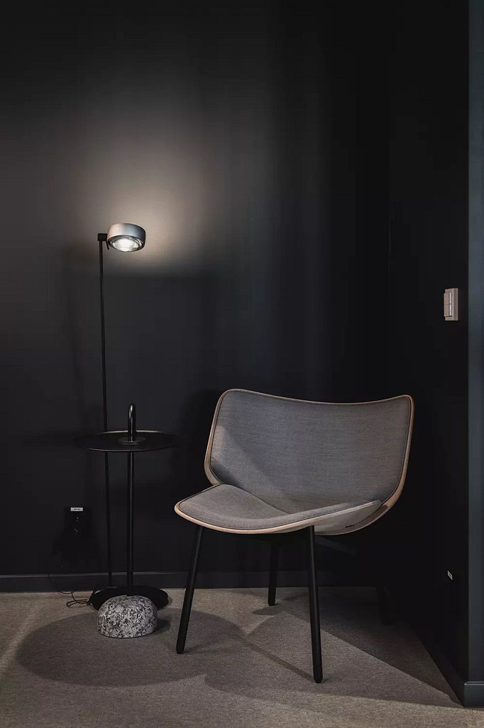 Lampe i lesehjørne i kontorlokale på Ensjø i Oslo