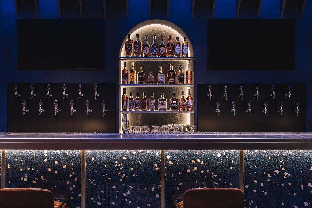 LED stripe integrert i møbler i bar