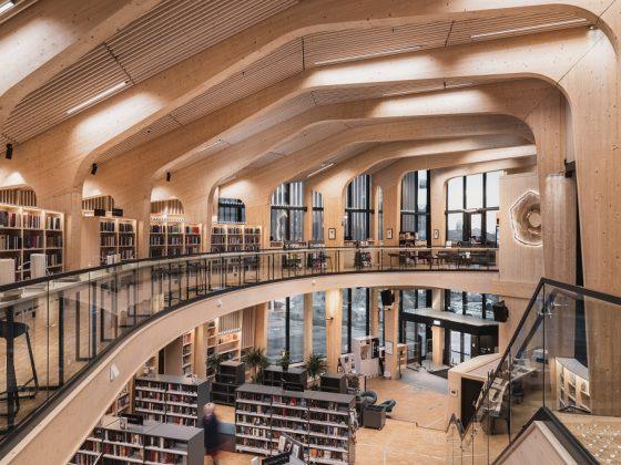 Grunnbelysning i tak i bibliotek