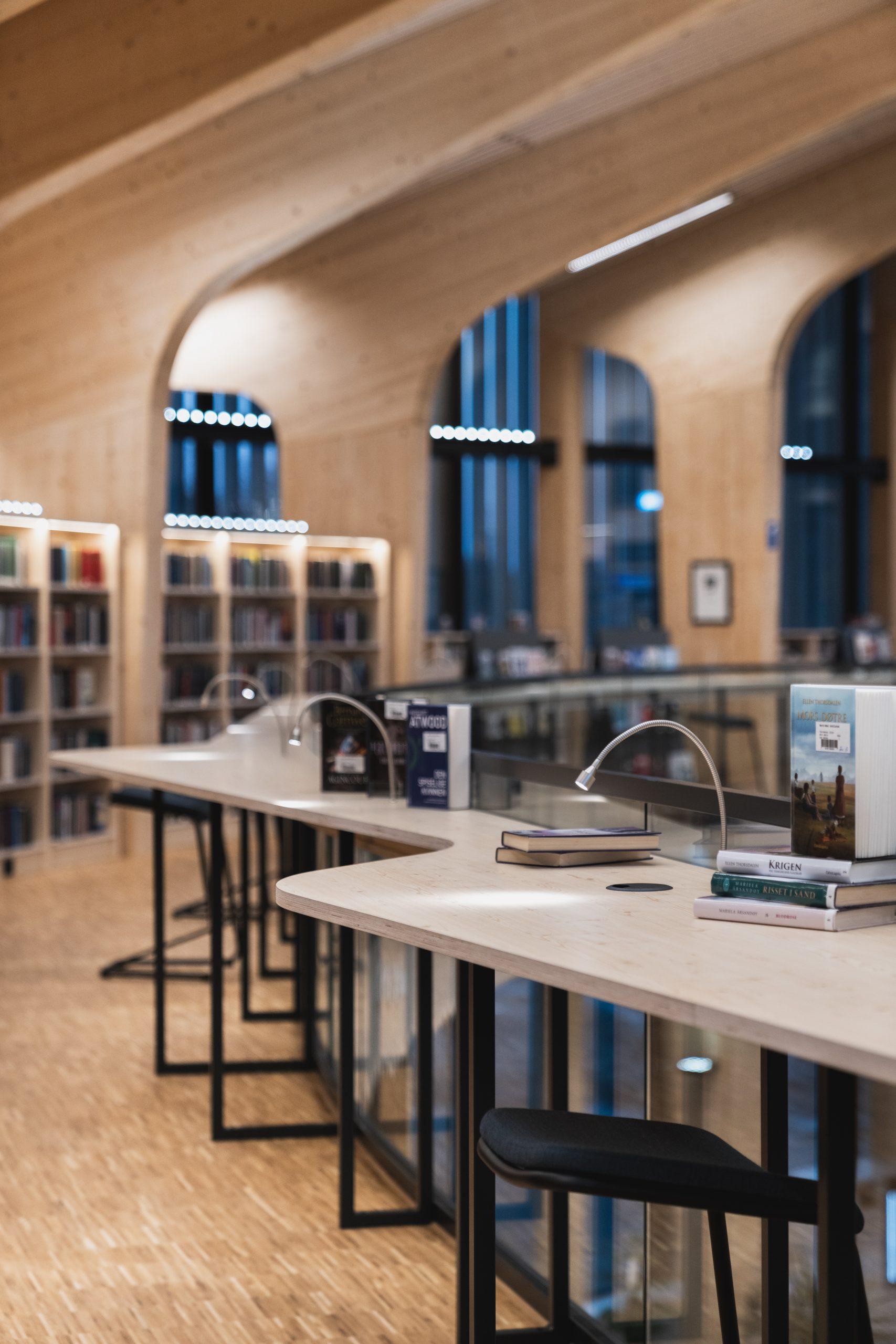 Leselys i bibliotek fra Luce & Light