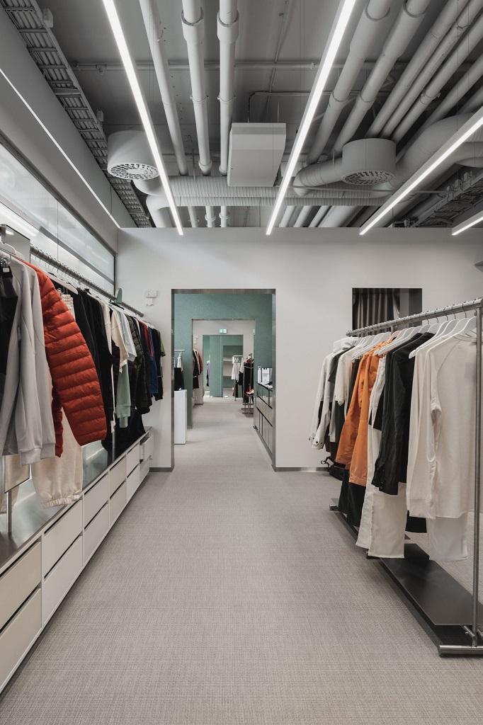 Produkter som sørger for god belysning på sportsbutikken Moniker Sport på Skøyen i Oslo