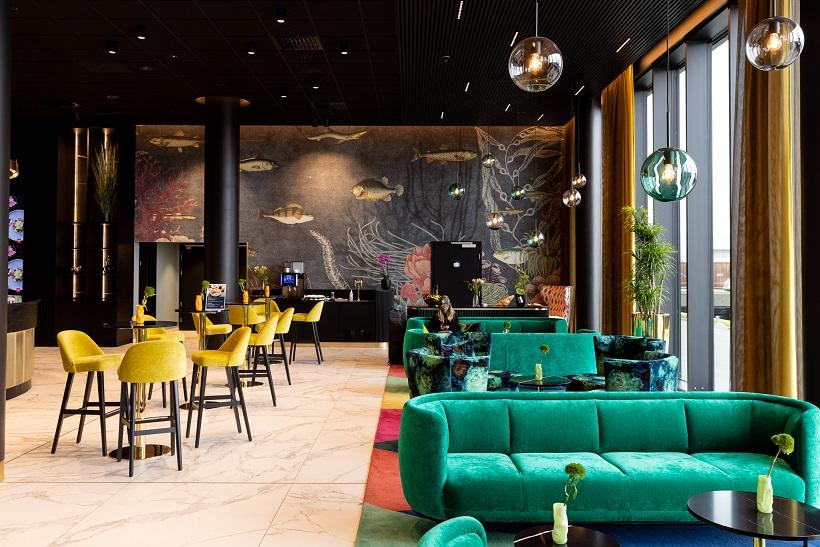 Pendler fra Hadeland Glassverk i Thon Hotels lounge-område